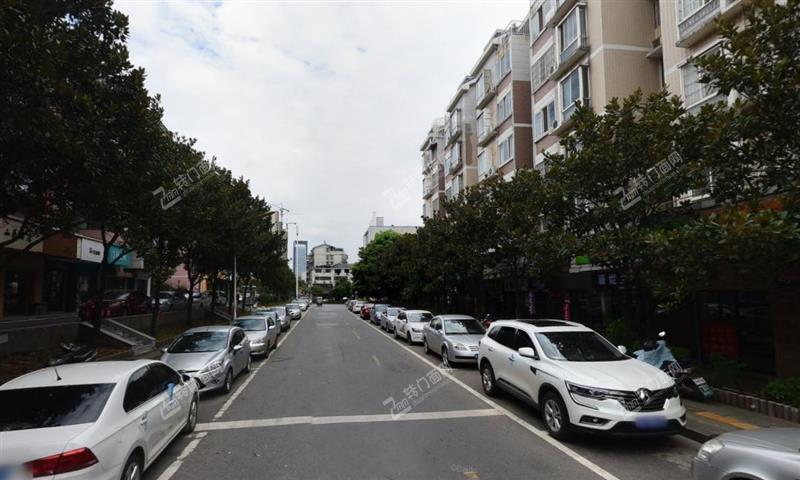 地铁口旁大型成熟社区临街45㎡内衣店转让(多年老店)